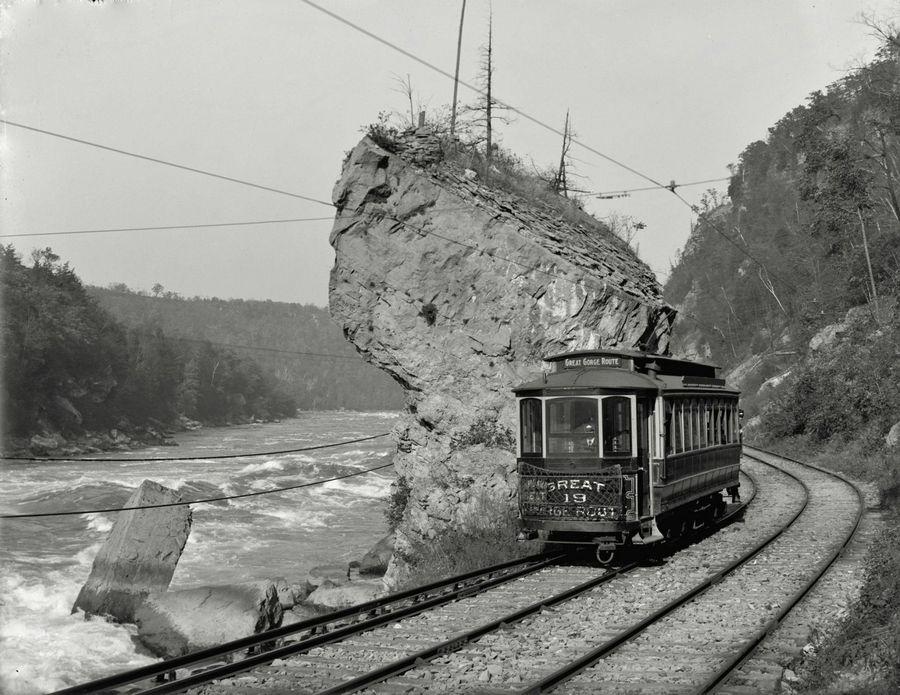 1905_a_giant_rock_a_niagara_gorge_vasuttarsasag_great_gorge_utvonalan_niagara_fallsnal_erdemes_megnezni_a_mai_allapotot_termeszetesen_a_villamosnak_mar_nyoma_sincs.jpg