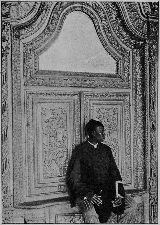 1905_az_ottoman_birodalom_szultanjanak_hareme_elott_ort_allo_eunuch.png