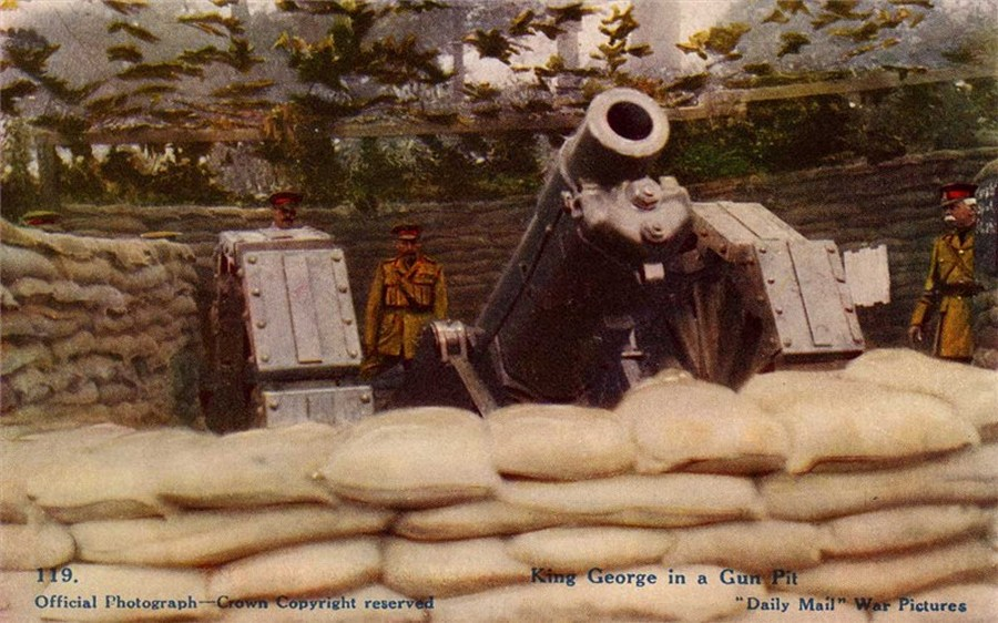 1915_korul_v_gyorgy_brit_kiraly_egy_europai_tuzersegi_tamaszponton_tett_latogatasa_soran.jpg