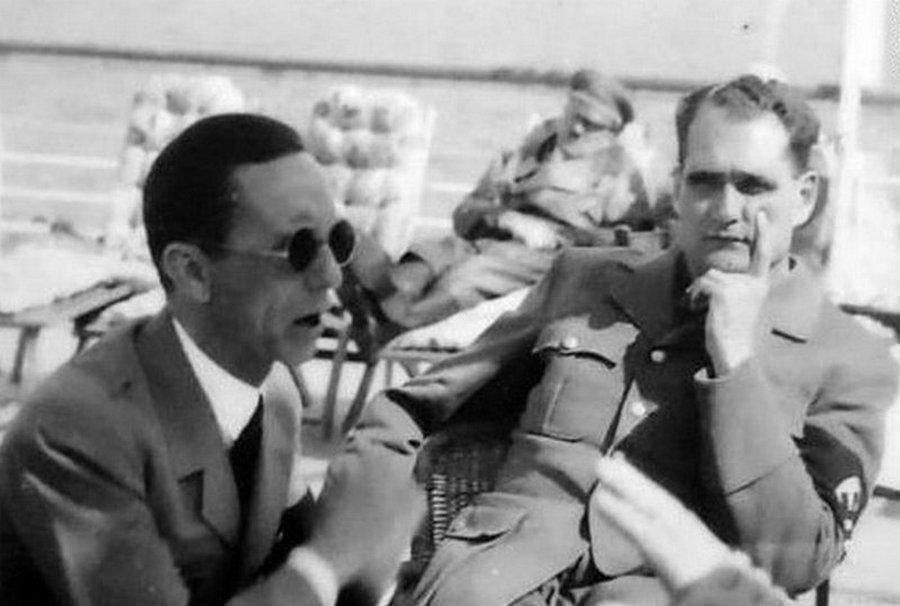1938_vagy_1939_hitler_bobiskol_az_eloterben_gobbels_es_hess.jpg
