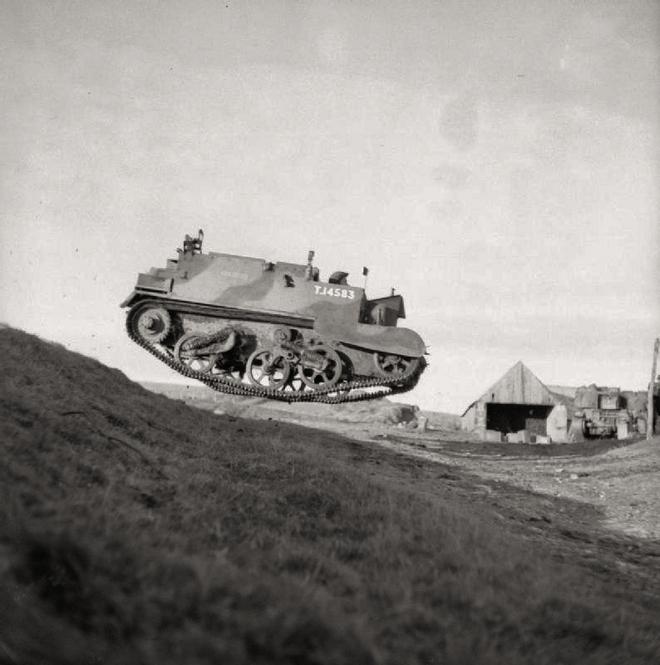 1942_brit_lanctalpas_szallito_ugrat_le_egy_domboldalon_skociaban.jpg