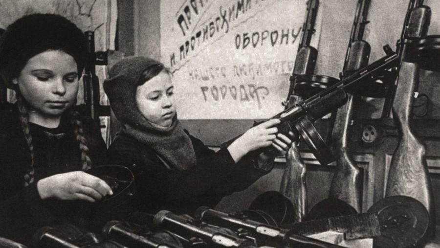 1943_gyerekek_szerelik_ossze_a_ppsh_geppuskakat_egy_novokuznyetszki_fegyvergyarban_a_szovjetunioban.jpg