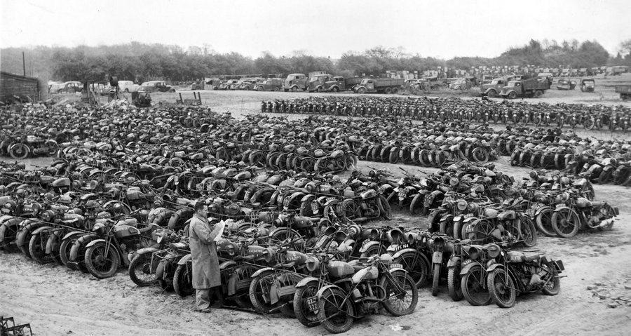 1946_szuksegtelenne_valt_az_egyesult_allamokba_vissza_nem_szallitott_katonai_motorok_es_jarmuvek_valahol_europaban.jpg