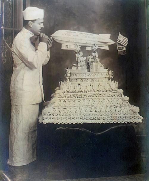 1930 körül. Antonio Ninni, olasz-amerikai cukrász dekorálja léghajós esküvői tortáját. Akron, Ohio..jpg