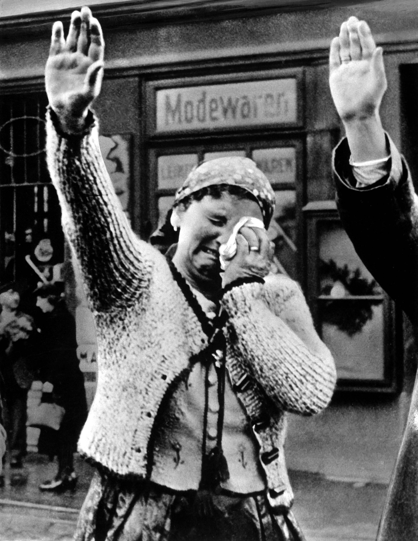 1938. Szudéta németek éljenzik a bevonuló Hitlert..jpg