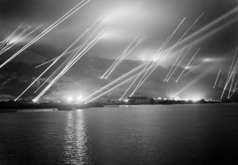 1942. Gibraltár. Ellenséges repülőket pásztázó fények..jpg