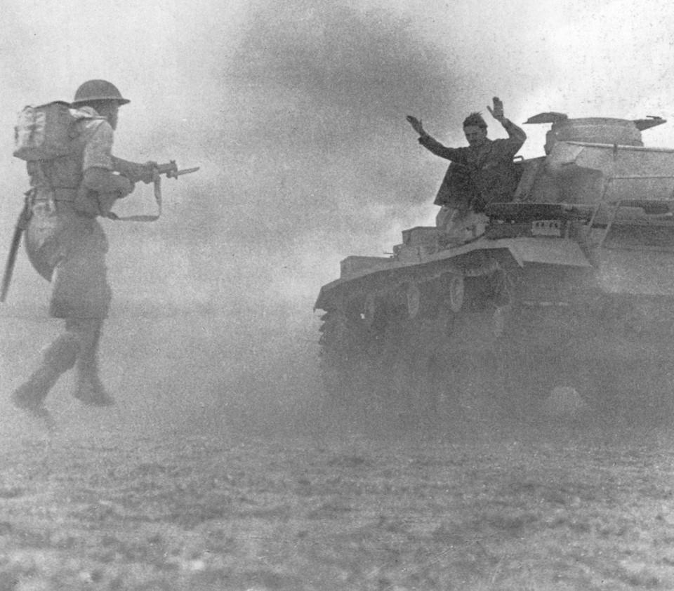 1942. Német páncélos megadja magát a briteknek az el alamein-i csatában..jpg