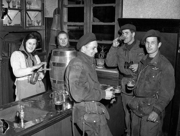 1945. Március. Kanadai ejtőernyősök söröznek egy lembecki sörözőben (Németország).jpg