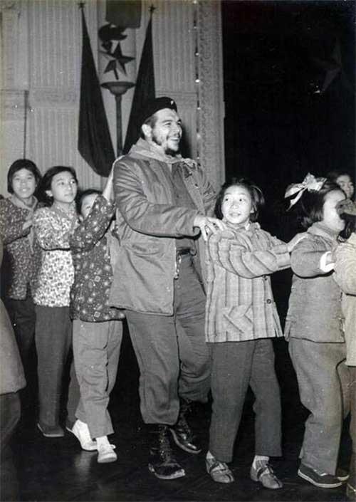 1960. Che Guevara kongát táncol kínai gyerekekkel..jpg