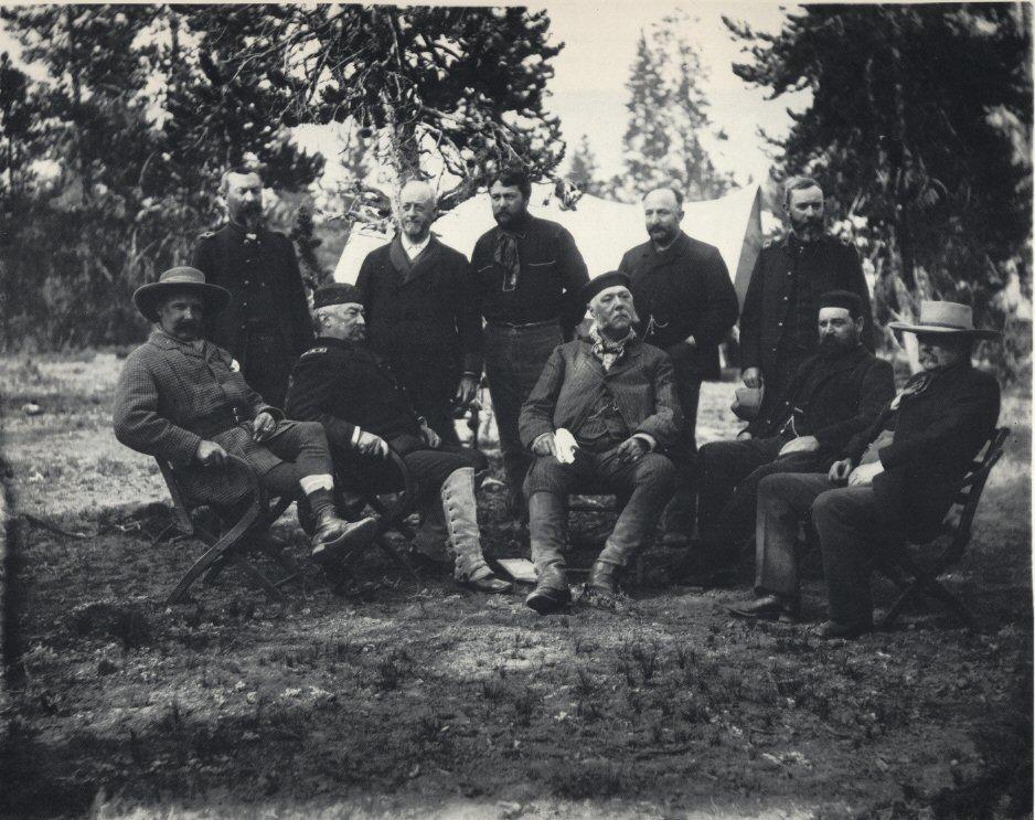 1883. Chester A. Arthur a 21. amerikai elnök az Old Faithful gejzírnél a Yellowstone parkban..jpg