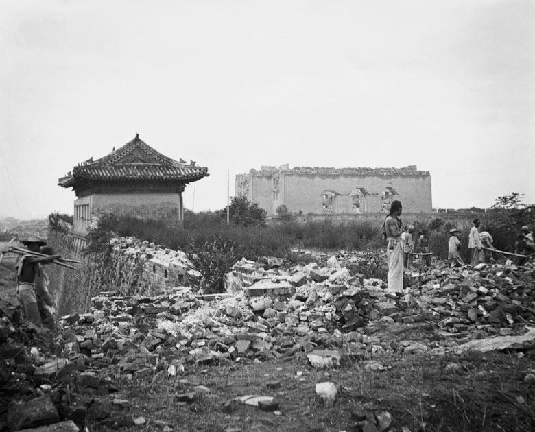 1900. A kínai bokszerlázadás idején lerombolt pekingi falak. A harcok a külföldiek egyre erősödő befolyása és a terjedő kereszténység ellen folytak..jpg