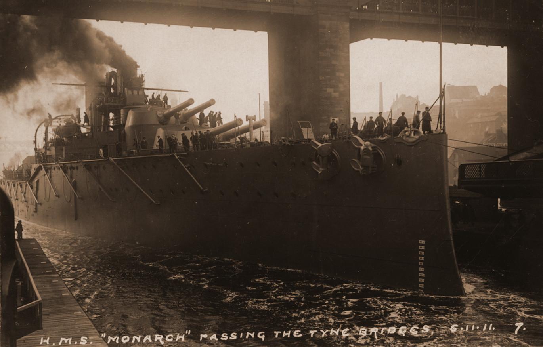 1911. A frissen vízrebocsátott HMS Monarch hajózik a Tyne-folyón..jpg