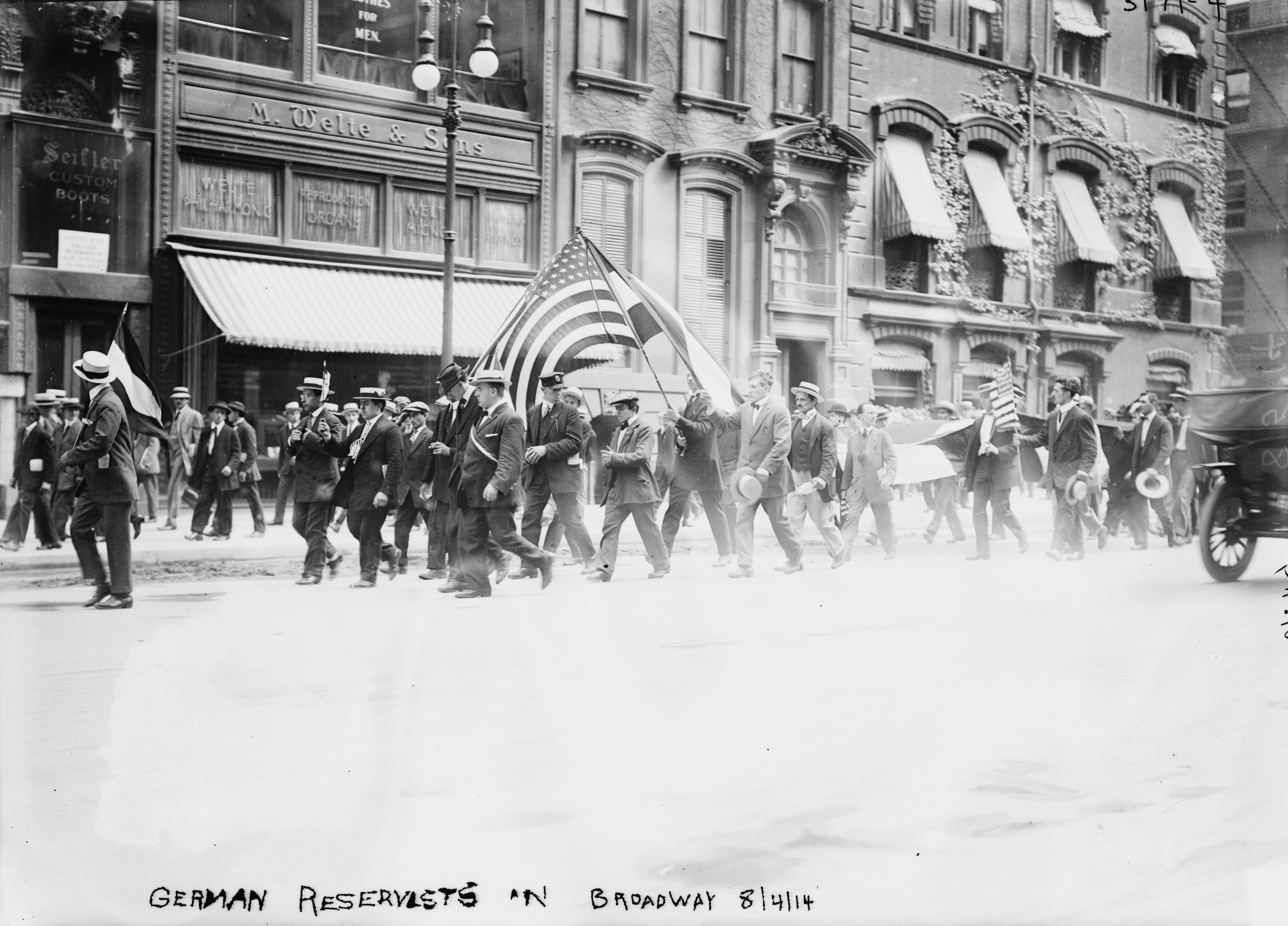 1914. Német származású amerikai önkéntesek vonulnak be harcolni volt hazájuk ellen..jpg