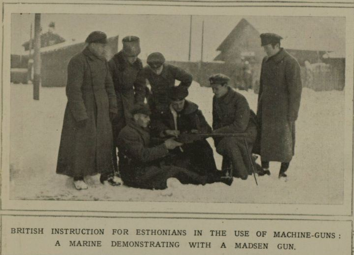 1919. Brit tengerészek tanítják a géppuska kezelését az észt katonáknak..png