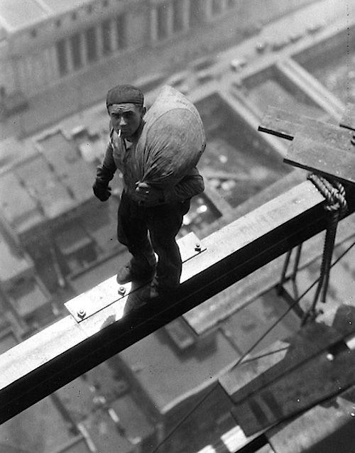 1930. Wall streeten épülő felhőkarcolón dolgozó munkás..jpg