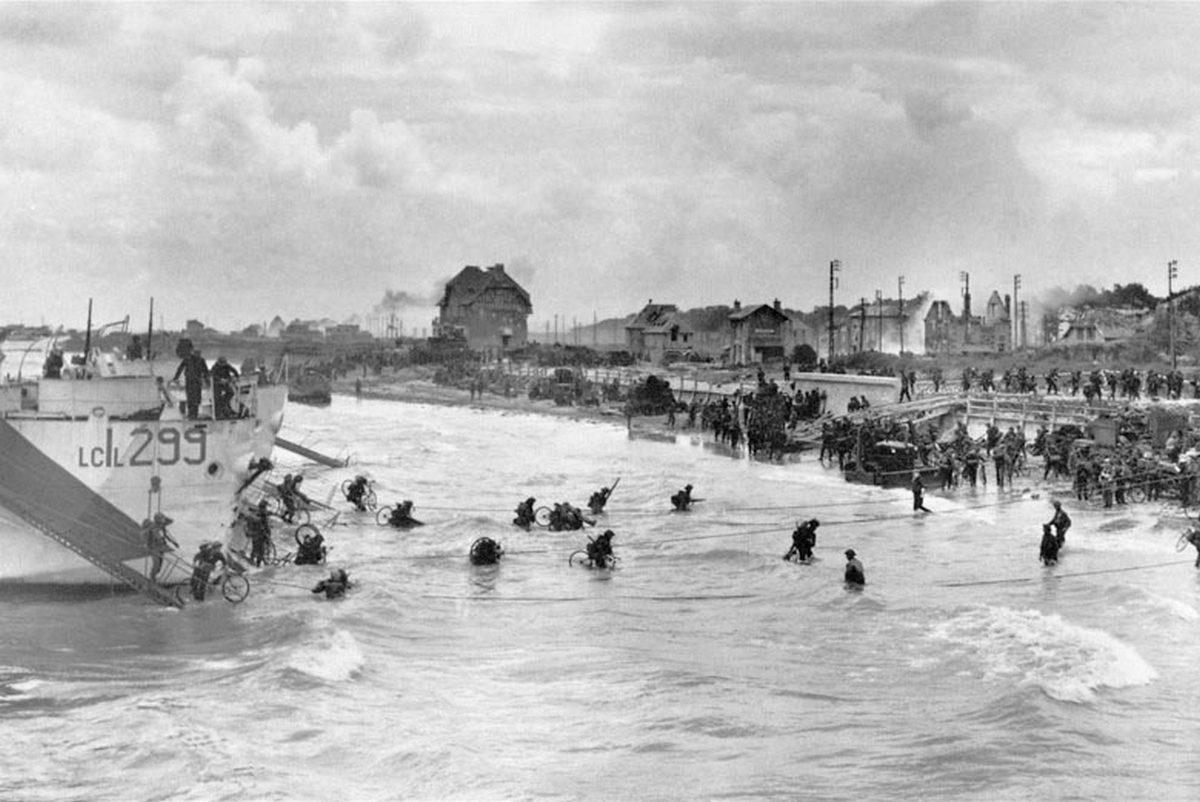 1944. Június 6-án kanadai csapatok száálnak partra a Juno Beach-en, Bernieres-sur-Mer-nél. Nekik volt a legkönnyebb dolguk a többi partraszálló csapathoz képest..jpg