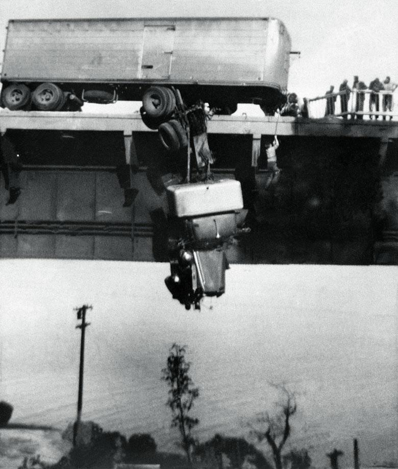 1953. A szerencsétlenül járt kamion vezetőjét mentik ki a baleset szemtanúi a percekkel később lezuhanó járműből. A kép 1954-ben Pulitzer-díjat nyert..jpg
