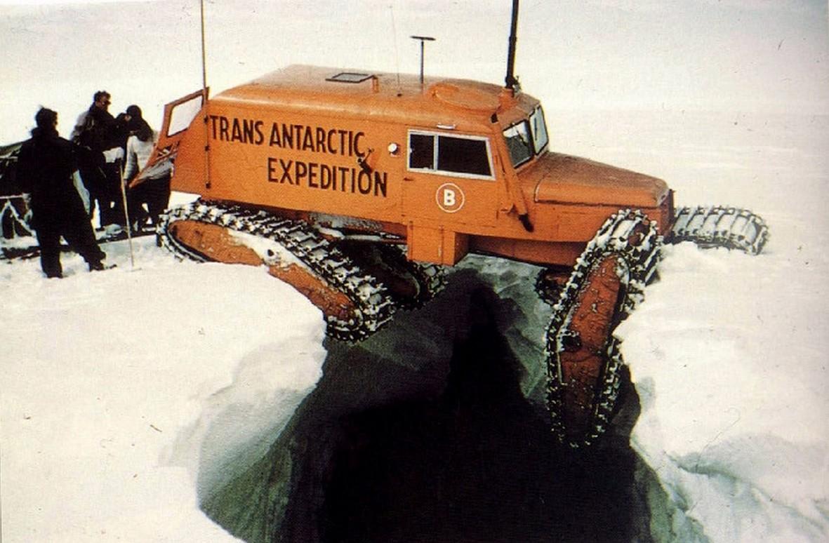 1957. A Brit Nemzetközösség Antarktisz expedíciójának elakadt lánctalpasa._cr.jpg