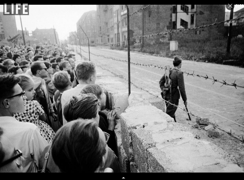 1961. Nyugat-berlini tömeg figyeli a frissen létesített fal túloldalán folyó eseményeket..jpg