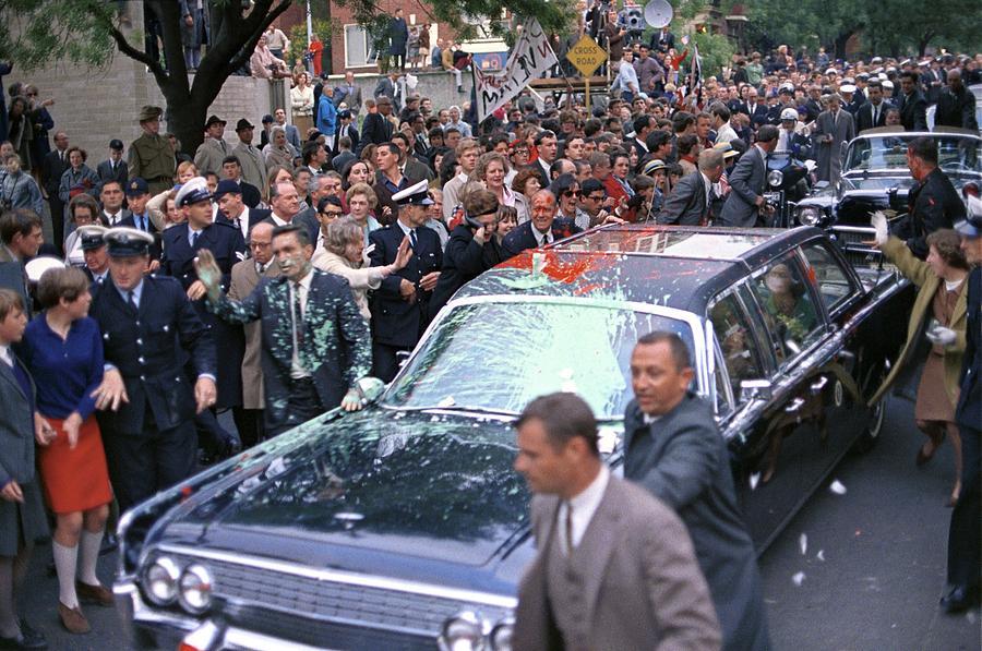 1966. Lyndon Johnson USA elnök autóját ausztráliai látogátása során festékkel dobálták meg vietnami háború ellenes aktivisták..jpg