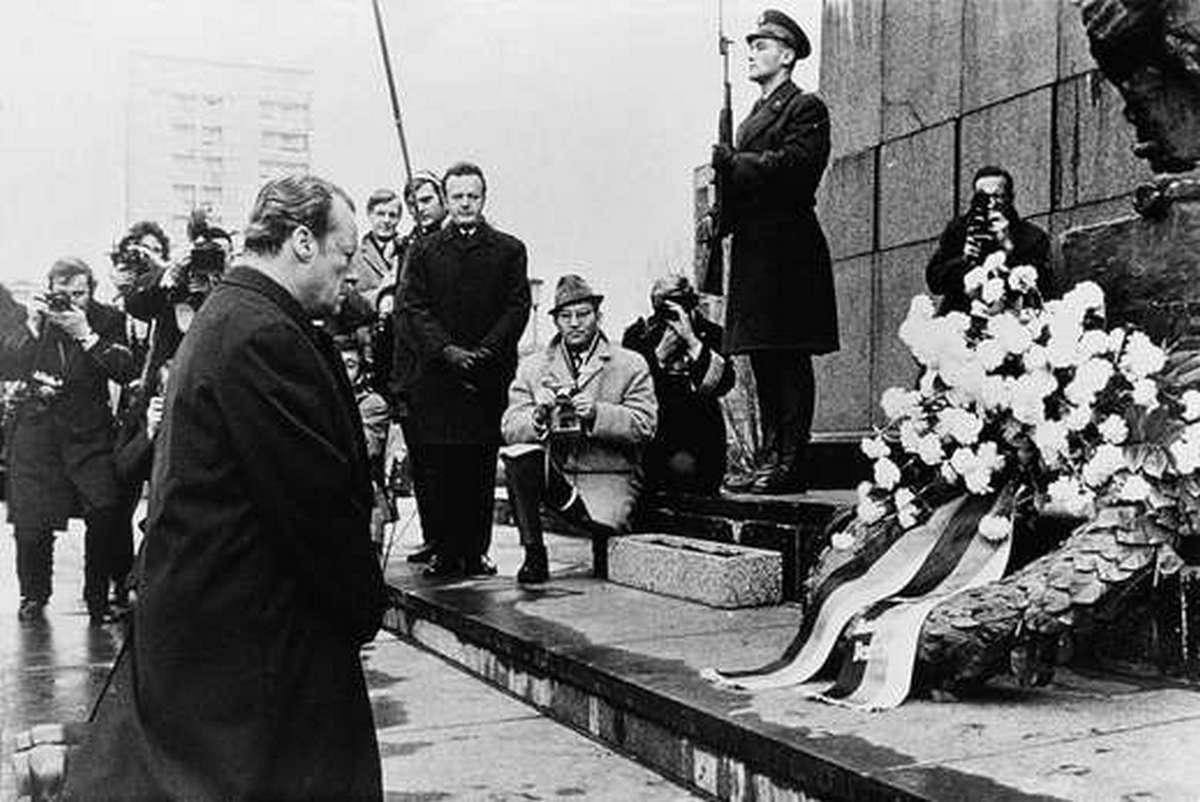 1970. Willy Brandt NSzK kancellár varsói térdeplése. Nyilvános bocsánatkérés volt a németek nevében a lengyelek ellen elkövetett háborús bűnökért..jpg