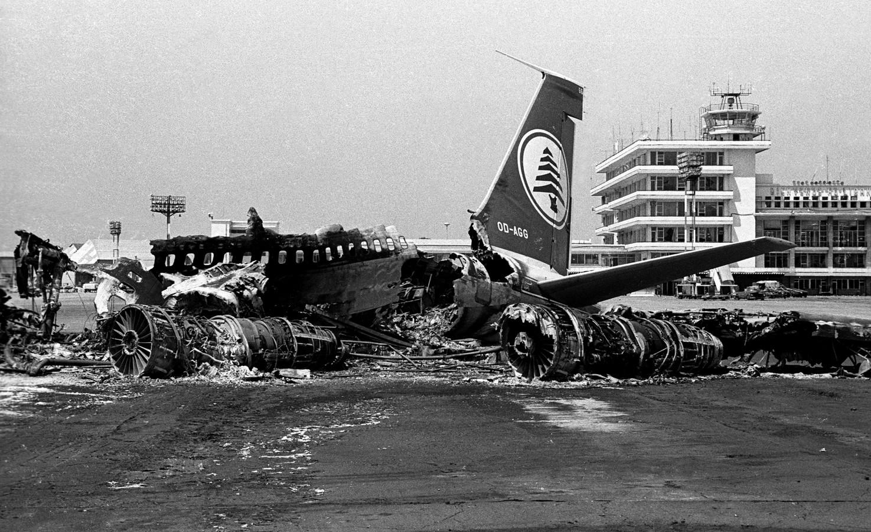 1982. Megsemmisített repülőgép a bejrúti repülőtéren az izraeli, palesztín háborúban..jpg