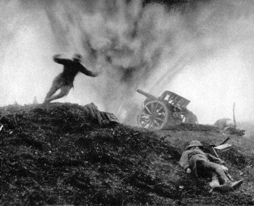 1917. Nyugati front. Német katona vetődik fedezékbe a robbanás elől..jpg