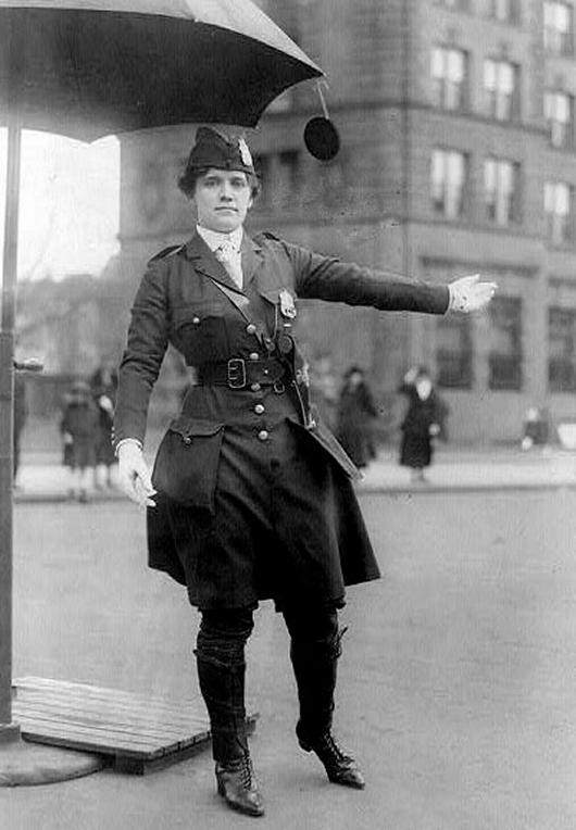 1918. Forgalomirányító közlekedési rendőr-nő, USA..jpg