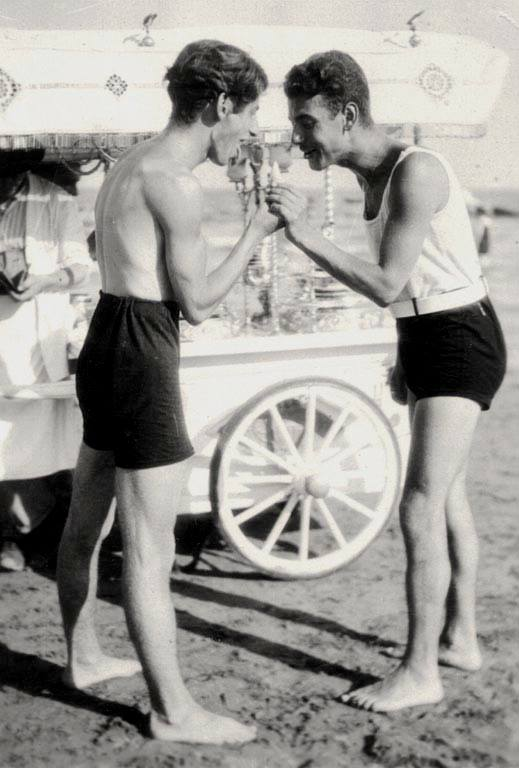 1930. Radnóti Miklós fagyizik a strandon..jpg
