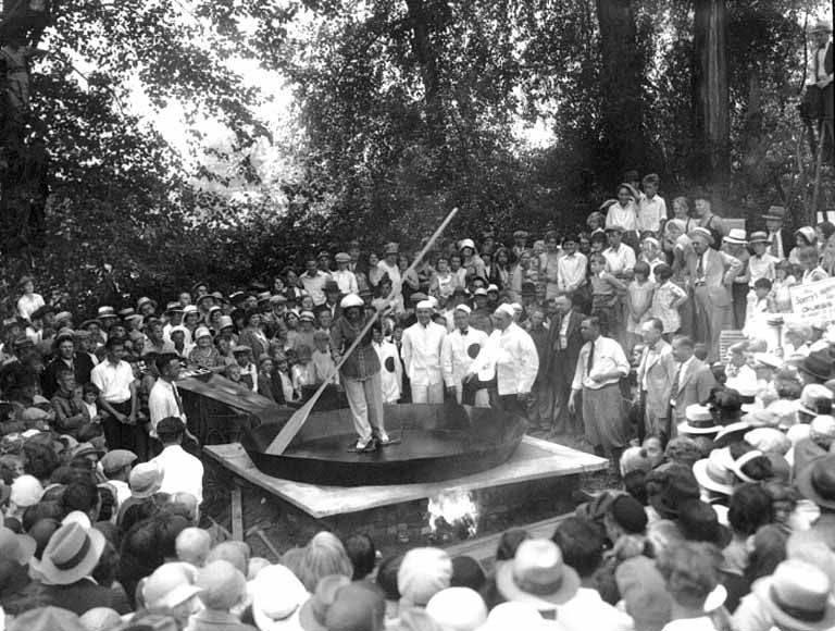 1930. Szalonnával a talpán egy hölgy egy óriási edényt zsíroz a rekordkísérlethez..jpg