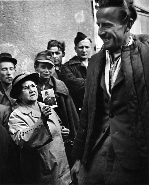 1947. Anya kérdezi katona fiáról a Bécsbe hazaérkező hadifoglyokat..jpg