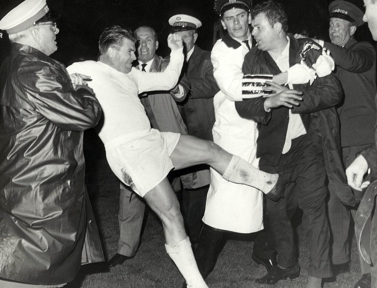1967. Madrid. Puskás tökönrúg egy káromkodó szurkolót..jpg