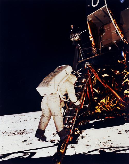1969. Július 20. Buzz Aldrin a holdra ugrik. A létra túl rövid volt, mert a tudósok úgy hitték a Hold felszínét méter vastag por borítja. Tévedtek. A porréteg egy centije alatt kemény sziklás a talaj..jpg
