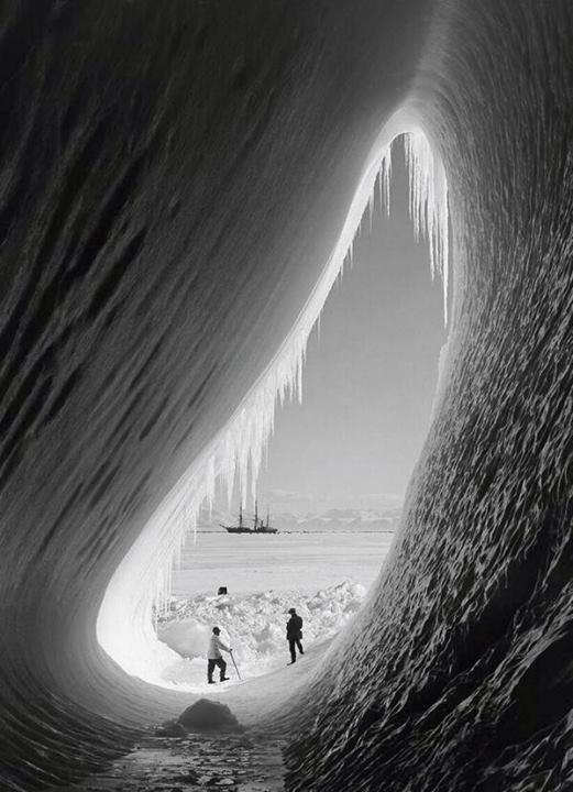 1910. Scott 2. Antarktisz expedíciója. Ezen másodikként érte el a Déli-sarkot, egy hónappal lemaradva Amundsen mögött. A visszaúton szerencsétlen módon életét vesztette egynapi járásra a biztonságos bázistól.jpg