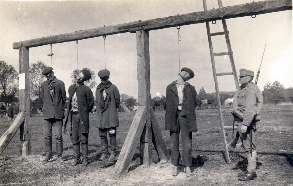 1916. Osztrák-magyar katonák ukránokat végeznek ki..jpg