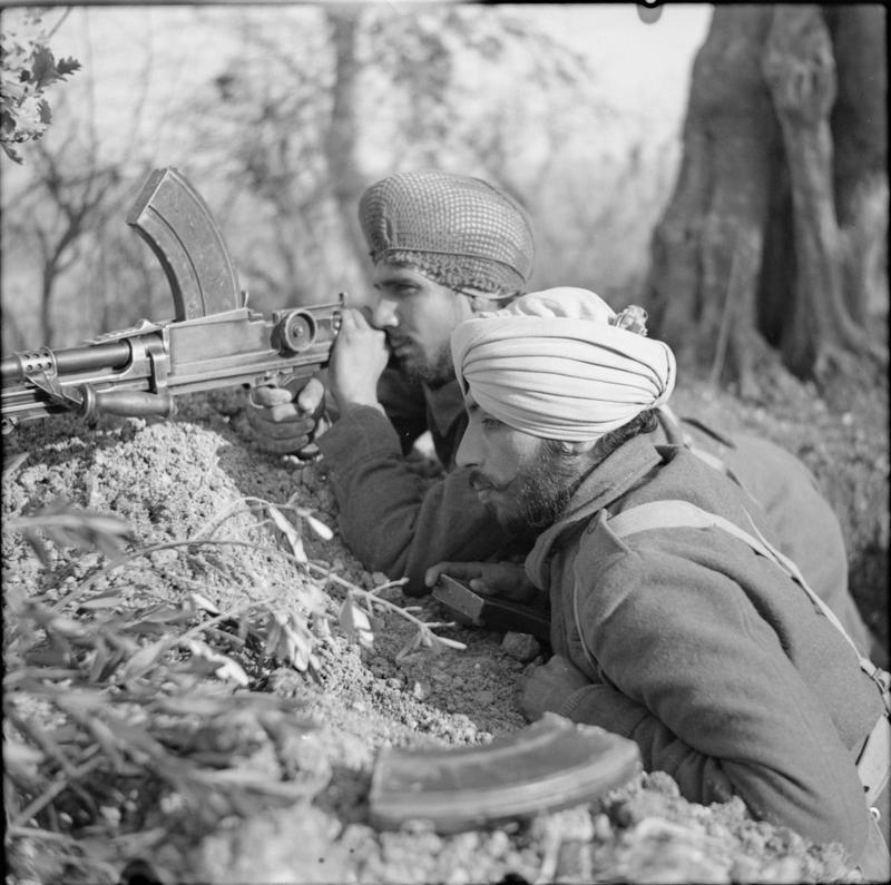 1944. Brit-indiai katonák Olaszországban bekerített németek ellen harcolnak..jpg
