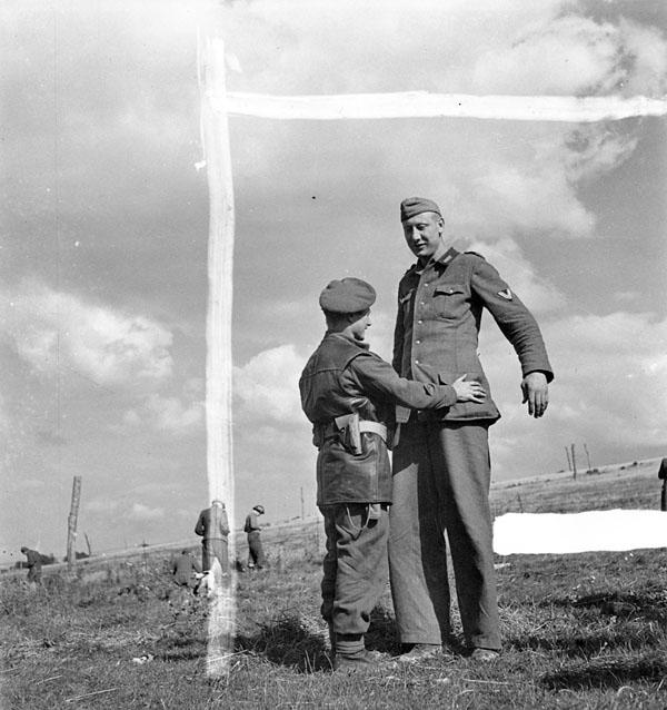 1944. Kanadai katona motozza a Calais-nál fogságba esett Jacob Nackent, a legmagasabb katonát a német hadseregben 211..jpg