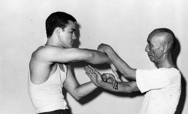 1955. Bruce Lee mesterével.jpg
