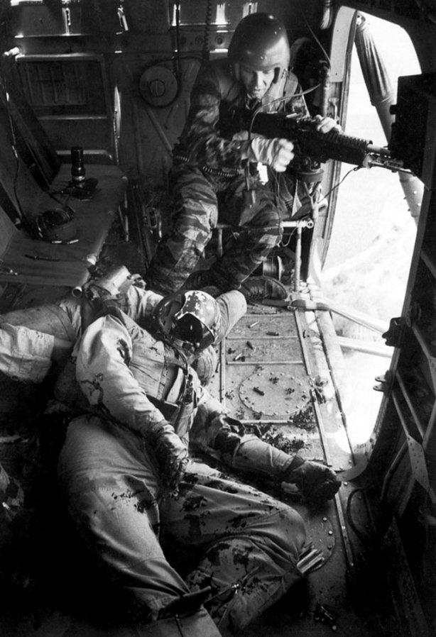 1965. Vietnam sérült pilóta egy helikopteren.jpg