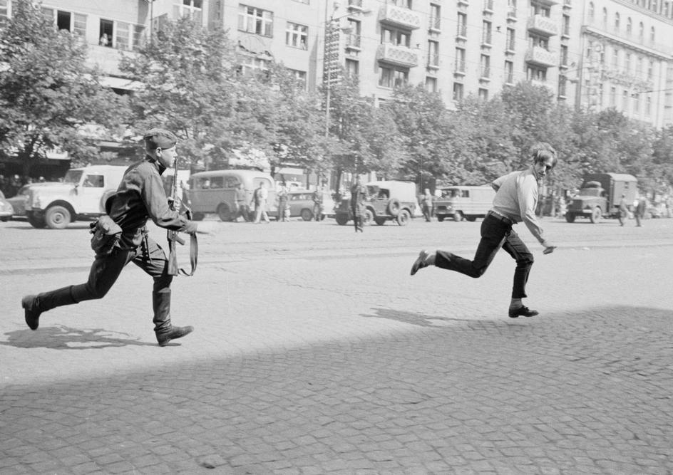 1968. Prágai tavasz. Szovjet katona üldözi a fiatalt miután megdobálta a tankot..jpg