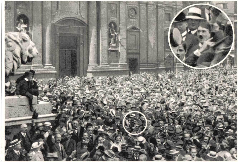 1914. Hitler a tömegben élteti Németország első világháborúba lépését. Lehet, hogy manipulált a kép..jpg
