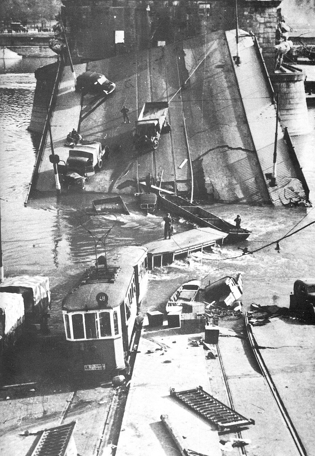 1944. november 4. A Margit híd véletlen felrobbantása. A gyors front előrenyomulása miatt aláaknázott hidak közül a Margit-híd emberi mulasztás miatt a délutáni csúcsban felrobban..jpg