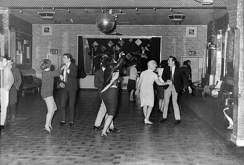 1961. december. A Beatles 18 embernek játszik Aldershot klubban. Néhány hét múlva már Epstein a menedzserük és másfél éven belül szupersztárokká válnak..jpg