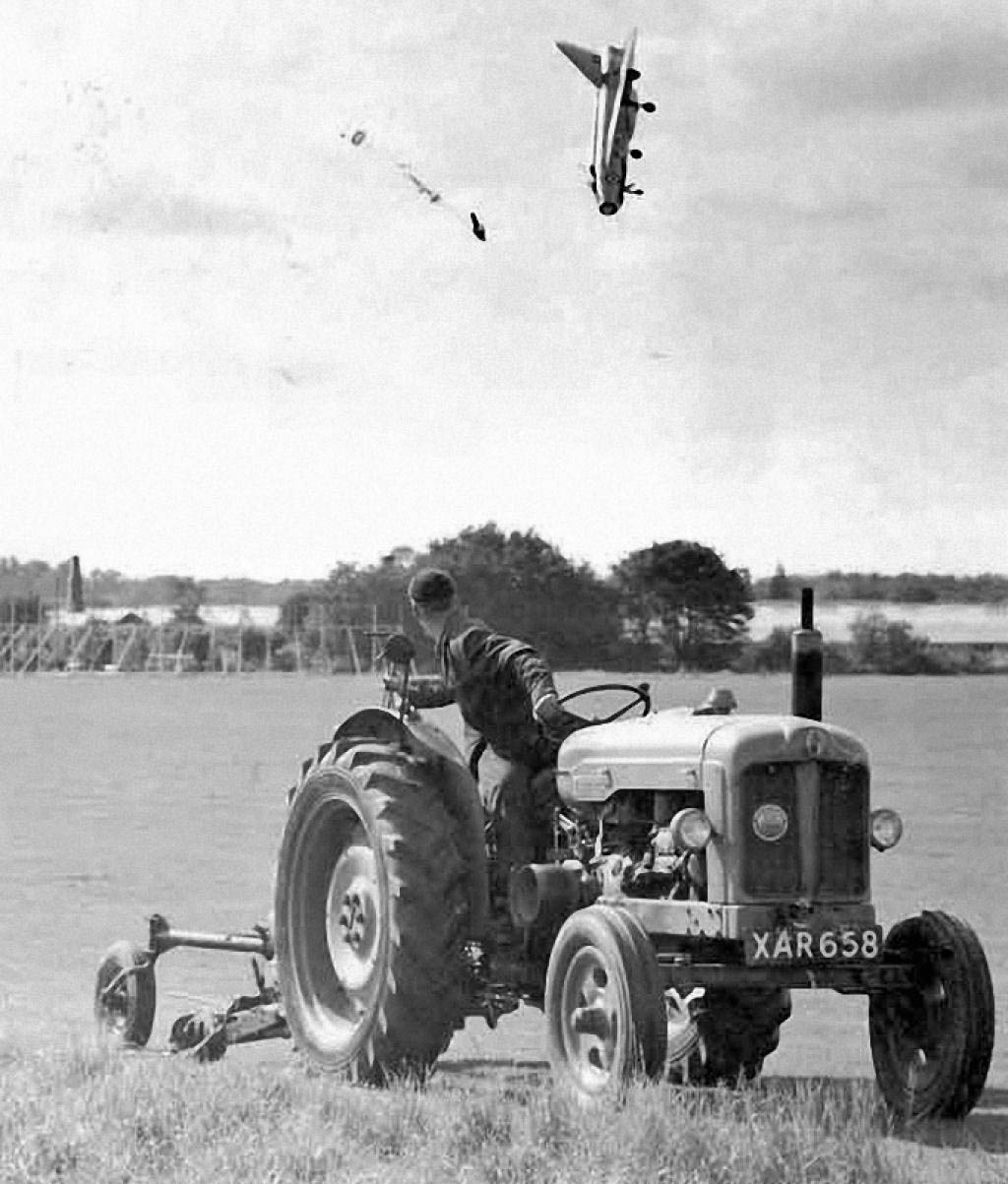 1962. George Aird extrém alacsony magasságból katapultál Electric Lightning F1 gépéből. Apróbb sérüléssel megúszta. Hatfield, Hertfordshire, Anglia..jpg