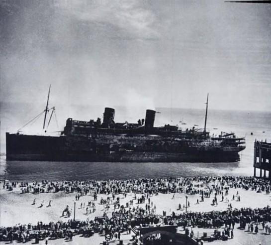 1934. SS Morro Castle luxushajó az Atlanti óceánon kigyulladt. 137-en haltak meg, a hajó napokkal később sodródott partra New Jersey-ben..jpg
