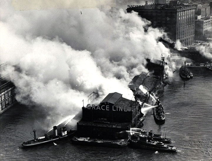1935. New York. Tűzoltóhajók oltják az egyik kikötői mólón kigyulladt gyárat..jpg