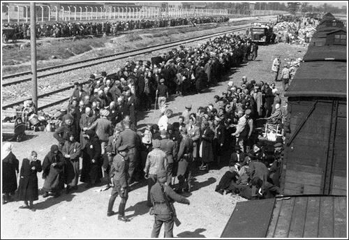 1943. Auschwitz-Birkenau. Magyar transzport szelektálása, előtérben egyenruhában a dohányzó Mengele személyesen felügyelte a válogatást..jpg