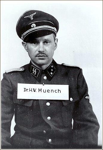 1945. Dr. Hans Münch, aki megtagadta a auschwitzi táborban lévő foglyok szelektálását. A front érkezésekor a többi SS-től fegyverrel védte a foglyokat nehpgy kivégezzék őket..jpg