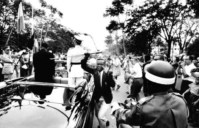 1960. Belga-Kongó függetlenné válásának ünnepségén egy fekete férfi ellopta Baudouin belga király díszkardját. Az eset után a nemzetközi média kereste a letartóztatott férfit, de soha többé nem került elő..jpg