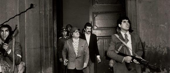 1973. Salvador Allende csílei elnök. A Pinochet által szervezett puccs zavaros időszakában az elnöki palota ostromakor öngyilkos lett..jpg